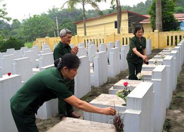 Cựu chiến binh xã Minh Bảo, thành phố Yên Bái tri ân các anh hùng liệt sỹ.