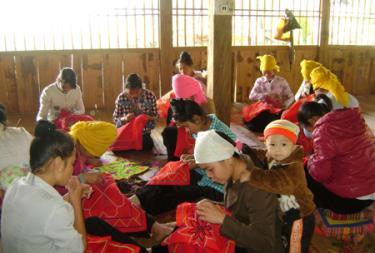 Lớp học nghề thêu thổ cẩm tại xã Phù Nham.