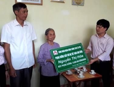 Lãnh đạo Ngân hàng Chính sách xã hội tỉnh Yên Bái trao quà và công bố việc nhận phụng dưỡng Bà Mẹ Việt Nam anh hùng Nguyễn Thị Hòa.
