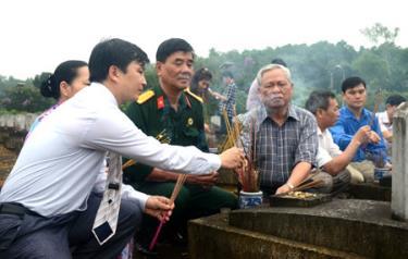 Đoàn công tác tỉnh Yên Bái thắp hương tưởng nhớ các anh hùng liệt sỹ tại Nghĩa trang Liệt sỹ Quốc tế Việt – Lào. (Ảnh: Mạnh Cường)