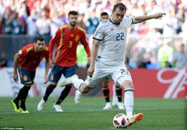 Artem Dzyuba được giao trọng trách đá phạt, anh đánh lừa được thủ môn De Gea mang về bàn gỡ hòa cho Nga.