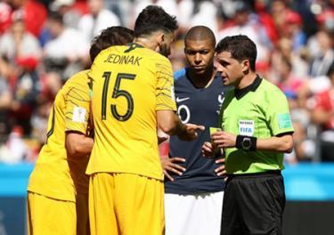 FIFA chỉ định trọng tài người Uruguay, Andres Cunha điều khiển trận đấu Pháp - Bỉ.