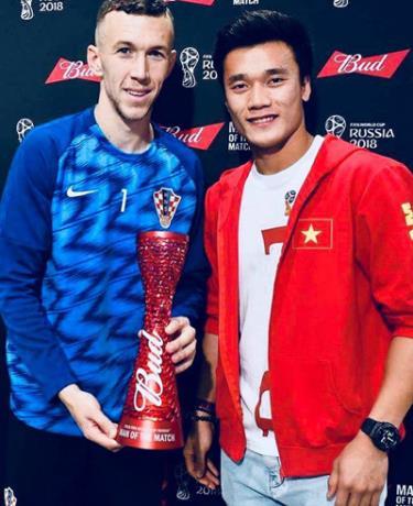 Bùi Tiến Dũng trao danh hiệu Man of the Match cho tiền đạo Perisic.