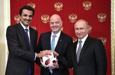 Quốc vương Qatar Tamim bin Hamad al-Thani, Chủ tịch FIFA Gianni Infantino và Tổng thống Nga Vladimir Putin tại buổi lễ trao quyền đăng cai Vòng chung kết World Cup 2022 cho Qatar, ở Moskva (Nga) ngày 15/7.