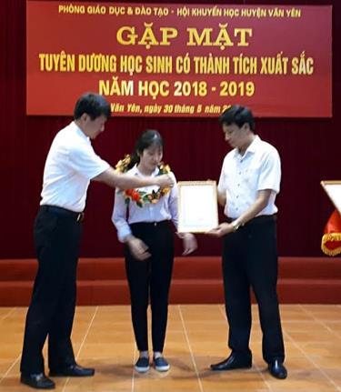 Nguyễn Thị Phương Hoa nhận phần thưởng từ các đồng chí lãnh đạo huyện Văn Yên.