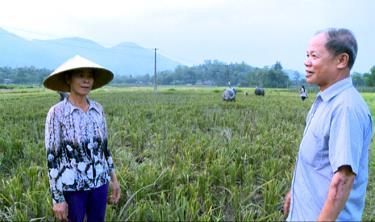 Ông Dương Văn Giờ thường xuyên gặp gỡ bà con trong thôn để bàn cách phát triển kinh tế.
