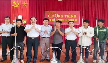 Lãnh đạo Thanh tra tỉnh trao tặng máy cắt cỏ cho người dân nhằm hỗ trợ 50 hộ nghèo trên địa bàn 2 xã thoát nghèo.