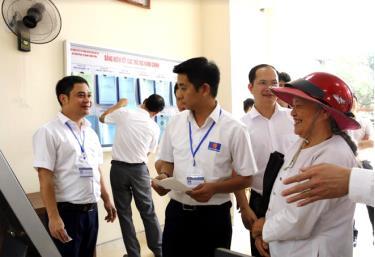 Cán bộ Bộ phận Phục vụ hành chính công huyện Văn Yên hướng dẫn người dân giải quyết thủ tục hành chính.