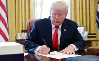 Tổng thống Trump ký thông qua sắc lệnh.