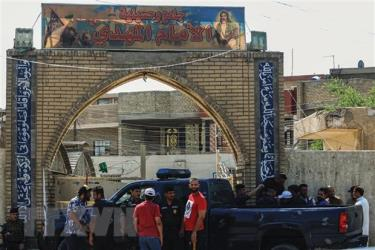 Lực lượng an ninh Iraq được triển khai tại hiện trường vụ nổ ở đền thờ Hồi giáo dòng Shiite, quận Baladiyat, Baghdad, ngày 21/6.