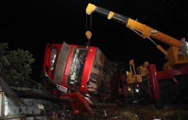 Công tác cứu hộ, cứu nạn được triển khai tại hiện trường vụ tai nạn.