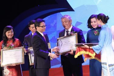 Phó Thủ tướng Vũ Đức Đam trao giải cho các doanh nghiệp được vinh danh.