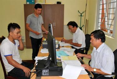 Cán bộ Chi cục Thuế huyện Yên Bình hướng dẫn các thủ tục hành chính cho người nộp thuế.
