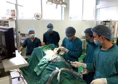 Đại tá, bác sỹ Lê Hồng Đức cùng kíp bác sỹ thực hiện tán sỏi ngược dòng cho bệnh nhân.