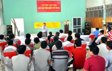 Ban ATGT tỉnh tuyên truyền Luật Giao thông đường thủy cho các lái tàu, chủ phương tiện ở các xã, thị trấn ven hồ Thác Bà, huyện Yên Bình.
