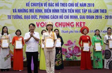 Ban tổ chức trao giải Nhất cho thí sinh Khuất Thị Thu Hằng đến từ Đảng bộ Công an thành phố.