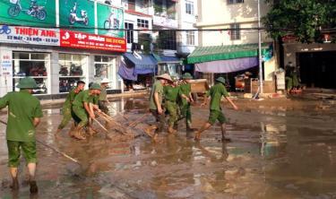 Cán bộ, chiến sỹ Công an thành phố Yên Bái giúp nhân dân phường Hồng Hà khắc phục hậu quả sau bão lũ.