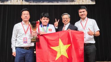 Thí sinh Lương Mạnh Đức đoạt cúp đặc biệt tại Kỳ thi toán quốc tế WMT 2019.