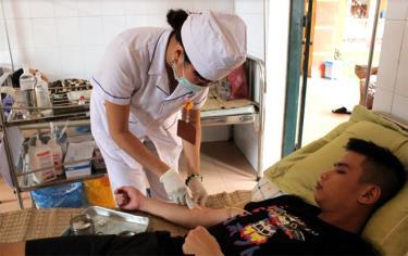 Thăm khám cho bệnh nhân hưởng chế độ BHYT (ảnh minh họa).