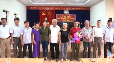 Đồng chí Giàng A Tông - Chủ tịch Ủy ban MTTQ tỉnh (thứ 2 bên trái) tham dự lễ ra mắt Tổ hợp tác trồng cây lá khôi số 1 ở xã Việt Hồng, huyện Trấn Yên.