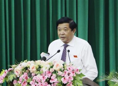 Chủ tịch Hội đồng Nhân dân tỉnh Vĩnh Long Bùi Văn Nghiêm phát biểu tại kỳ họp.