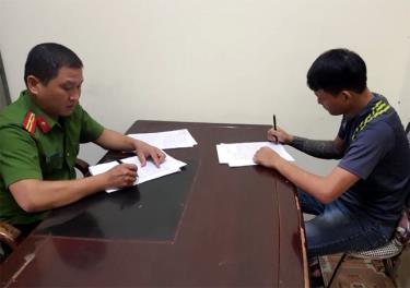 Cán bộ Đội Cảnh sát Điều tra tội phạm về ma túy, Công an thành phố Yên Bái làm việc với đối tượng phạm tội về ma túy.
