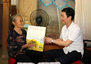 Đồng chí Trưởng ban Tuyên giáo Tỉnh ủy Nguyễn Minh Tuấn thăm và tặng quà bà Lương Thị Len, là thân nhân liệt sỹ ở thị trấn Trạm Tấu.