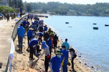 Đoàn viên thanh niên ra quân làm sạch biển.