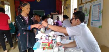 Đã có hơn 300 người cấp phát thuốc miễn phí và trao tặng túi thuốc gia đình.