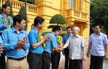 Tổng Bí thư, Chủ tịch nước Nguyễn Phú Trọng với các Chủ tịch công đoàn cơ sở tiêu biểu và cán bộ công đoàn. (Ảnh TTXVN)