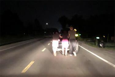 Ba thanh niên tình nguyện đẩy xe giúp một người xa lạ gặp giữa đường.