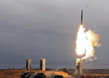 Hệ thống phòng không S-400 khai hoả trong một cuộc diễn tập của quân đội Nga.