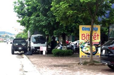 Tình trạng để xe lấn chiếm lòng, lề đường diễn ra thường xuyên tại ngã tư giao cắt giữa đường Nguyễn Tất Thành và đường Nguyễn Đức Cảnh.