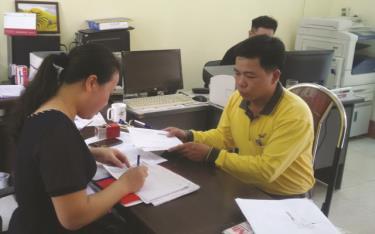 Nhân viên Bưu điện thành phố Yên Bái thực hiện dịch vụ bưu chính công ích