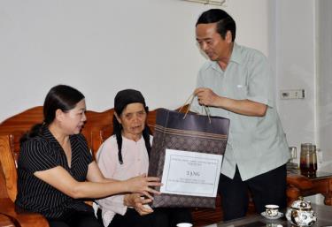 Đồng chí Hoàng Xuân Nguyên - Ủy viên Ban Thường vụ, Trưởng ban Dân vận Tỉnh ủy tặng quà bà Đỗ Thị Diễm - vợ liệt sĩ  tại phường Tân An, thị xã Nghĩa Lộ