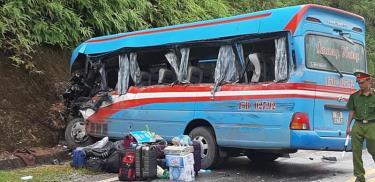 Hiện trường vụ xe khách chở 22 cán bộ Cung Văn hóa thiếu nhi Hải Phòng đi hướng Tuyên Quang - Hà Giang bị 1 xe container lấn làn đâm phải khiến 2 cô giáo thiệt mạng.