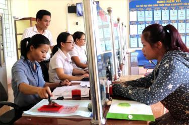 Lãnh đạo xã Tuy Lộc trực tiếp kiểm tra việc giải quyết thủ tục hành chính cho công dân tại Bộ phận phục vụ hành chính công xã.