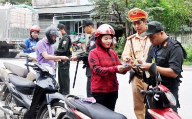 Lực lượng chức năng kiểm tra giấy phép lái xe, đăng ký xe đối với người điều khiển xe mô tô.
