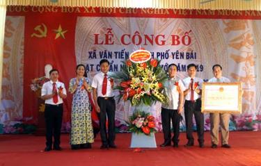 Lãnh đạo Sở Nông nghiệp và Phát triển nông thôn trao Bằng công nhận xã Văn Tiến đạt chuẩn nông thôn mới năm 2019.