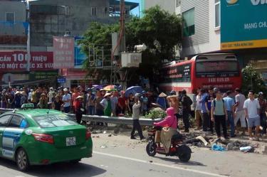 Chiếc xe khách lao thẳng vào tòa nhà sau tai nạn. Ảnh: Giao thông Quảng Ninh.