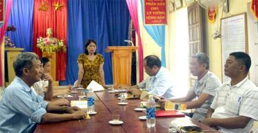 Bà Nguyễn Thị Thu Thủy họp với các hòa giải viên.