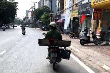 Trong khi bệnh dịch bùng phát, các hàng thịt lợn bán rong hàng ngày vẫn ngang nhiên hoạt động ở các tuyến đường, ngõ phố trên địa bàn thành phố Yên Bái.