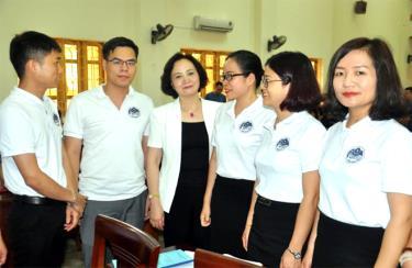 Đồng chí Phạm Thị Thanh Trà - Ủy viên Ban Chấp hành Trung ương Đảng, Bí thư Tỉnh ủy, Chủ tịch HĐND tỉnh trao đổi với các học viên tham gia Lớp đào tạo, bồi dưỡng cán bộ tham gia Đề án 11.