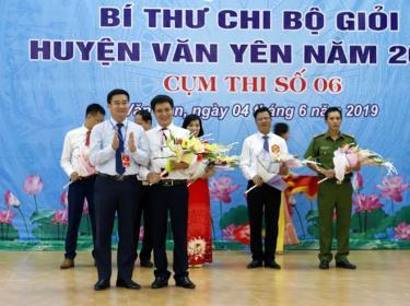 Đồng chí Hà Đức Anh - Phó Bí thư Thường trực Huyện ủy, Trưởng ban Tổ chức Hội thi trao giải Nhất cho thí sinh Vũ Kim Đức - Chi bộ Trường THPT Chu Văn An.