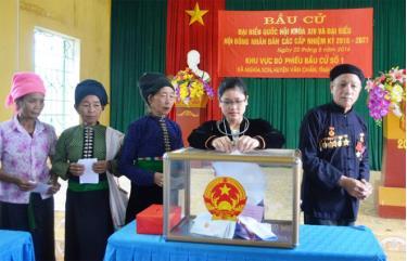 Cử tri xã Nghĩa Sơn, huyện Văn Chấn bầu cử đại biểu Quốc hội và đại biểu HĐND các cấp.
