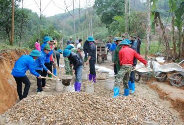 ĐVTN triển khai công trình tình nguyện bê tông hóa đường giao thông nông thôn tại thôn Dộc Trần, xã Đại Đồng, huyện Yên Bình.