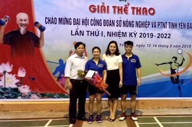 Chủ tịch Công đoàn cơ sở Nguyễn Công (bên trái) trao giải cho vận động viên tham dự giải thể thao của ngành.
