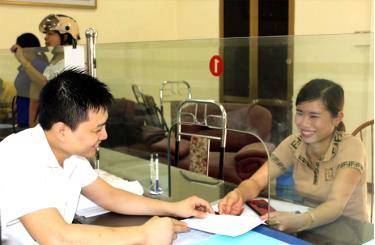 Giao dịch viên Kho bạc Nhà nước huyện Lục Yên luôn tận tình hướng dẫn khách hàng.