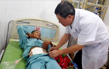 Ông Hoàng Văn Hải – Giám đốc Trung tâm Y tế Văn Chấn thăm khám cho bệnh nhân sau phẫu thuật