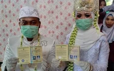 Cô dâu, chú rể thời Covid-19 ở Indonesia.